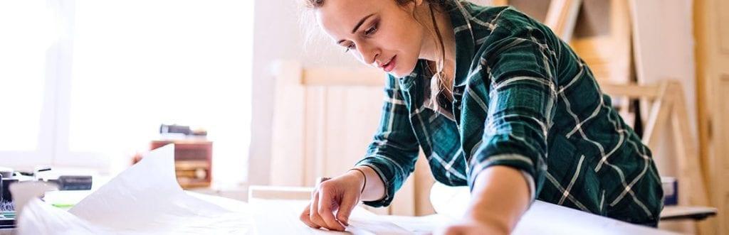 foto de uma mulher assinando um papel para ilustrar matéria sobre certificado digital empresarial