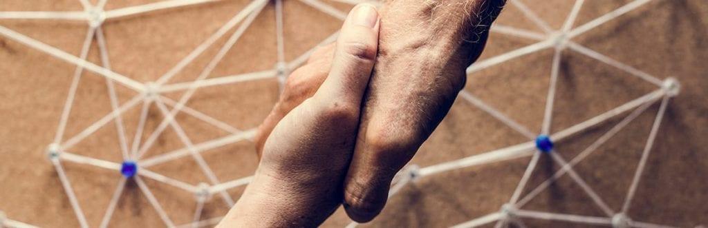 foto de um aperto de mão para ilustrar matéria sobre como fazer networking
