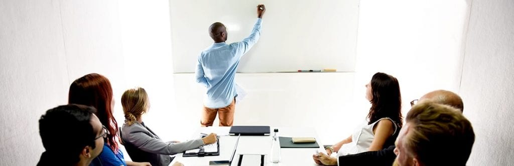uma sala de aula com professor e alunos para ilustrar a matéria sobre cursos de empreendedorismo gratuitos