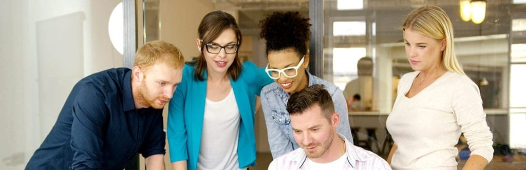 foto de várias pessoas assistindo algo para ilustrar matéria sobre filmes da Netflix para empreendedores