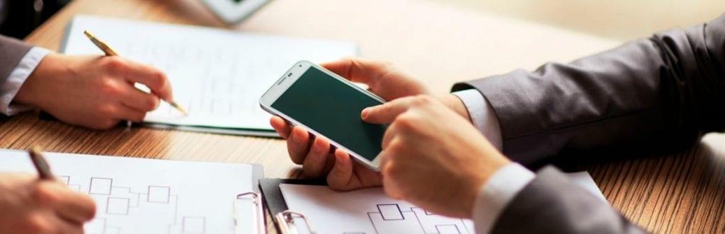 foto de um celular para ilustrar matéria sobre plano controle empresa