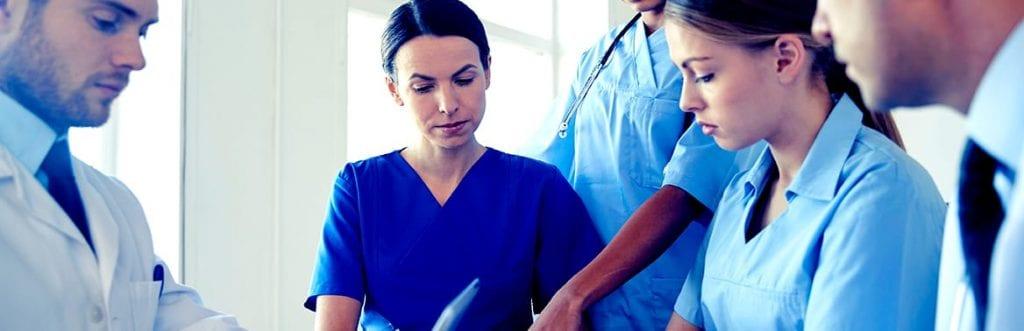duas pessoas no hospital ilustrando matéria sobre o plano de saúde para empresa