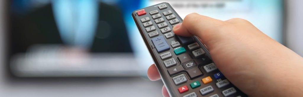 um controle de televisão para ilustrar matéria sobre TV paga para empresas
