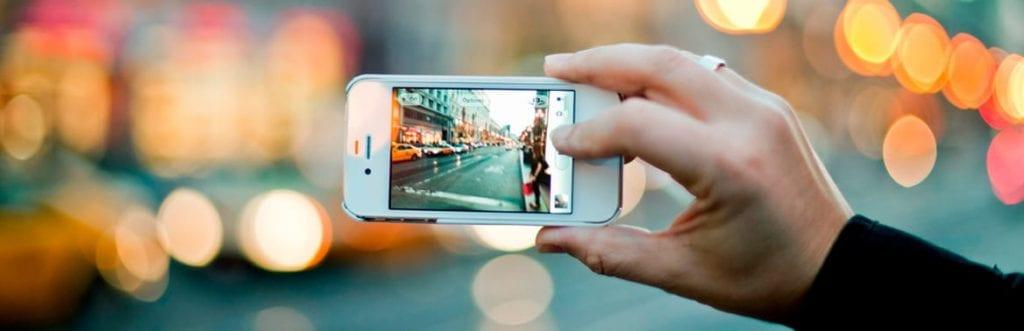 imagem de um celular tirando foto para ilustrar matéria sobre a profissão de instagrammer