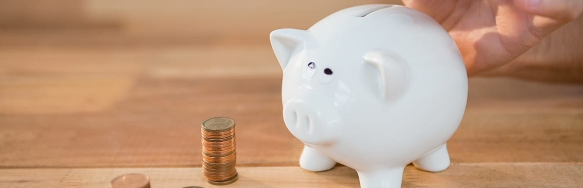 imagem de um cofrinho e um montante de moeda para ilustrar matéria sobre o que é capital de giro
