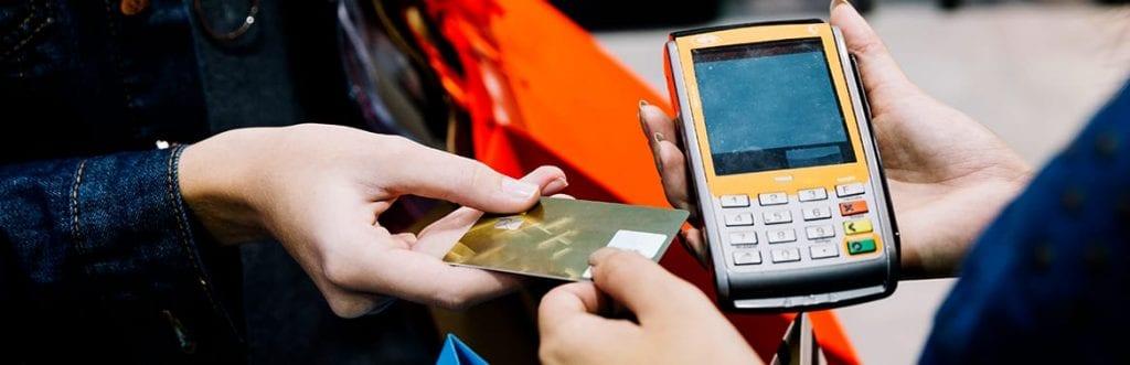 imagem de um cartão e uma máquina de pagamento para ilustrar matéria sobre qual máquina de cartão vale mais a pena