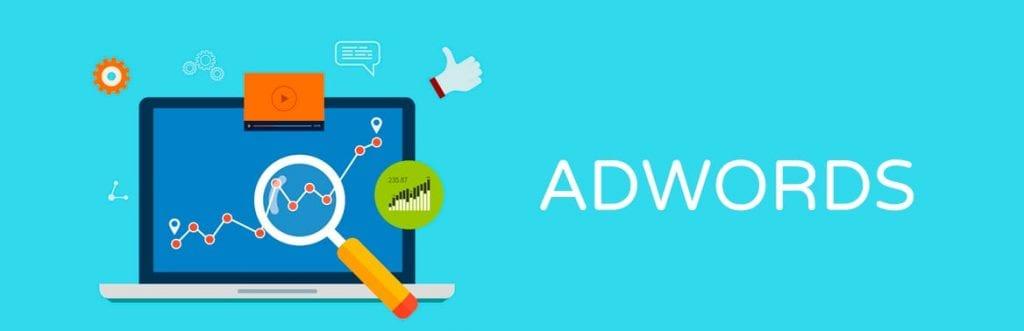 imagem de um computador e uma lupa para ilustrar matéria sobre AdWords