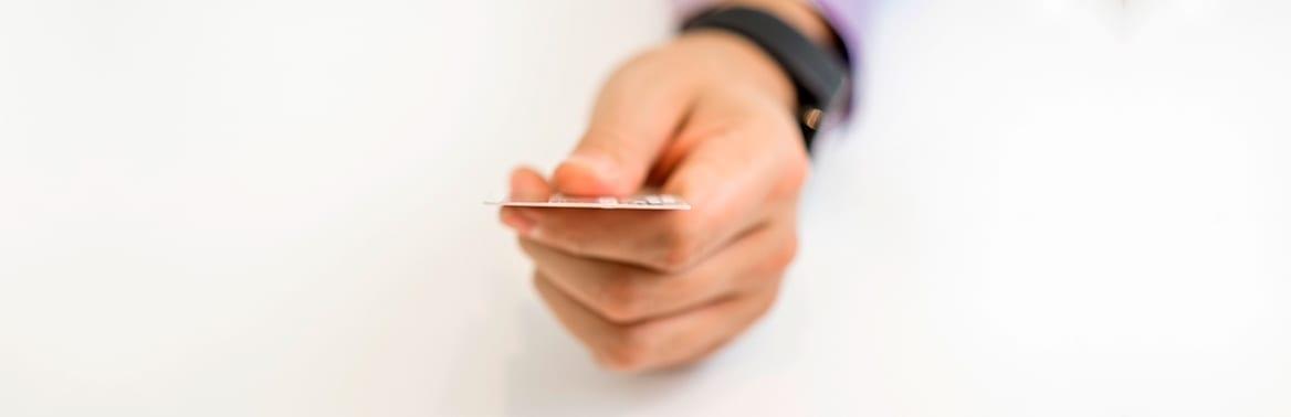 mão segurando um ticket alimentação