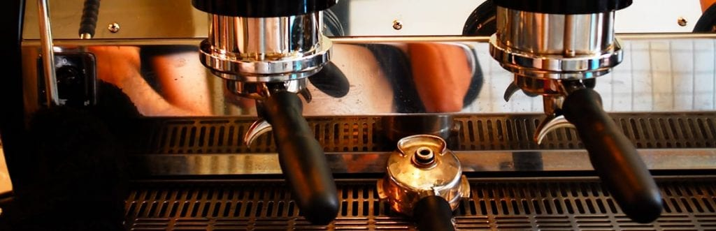 Máquina de café manual ou automática